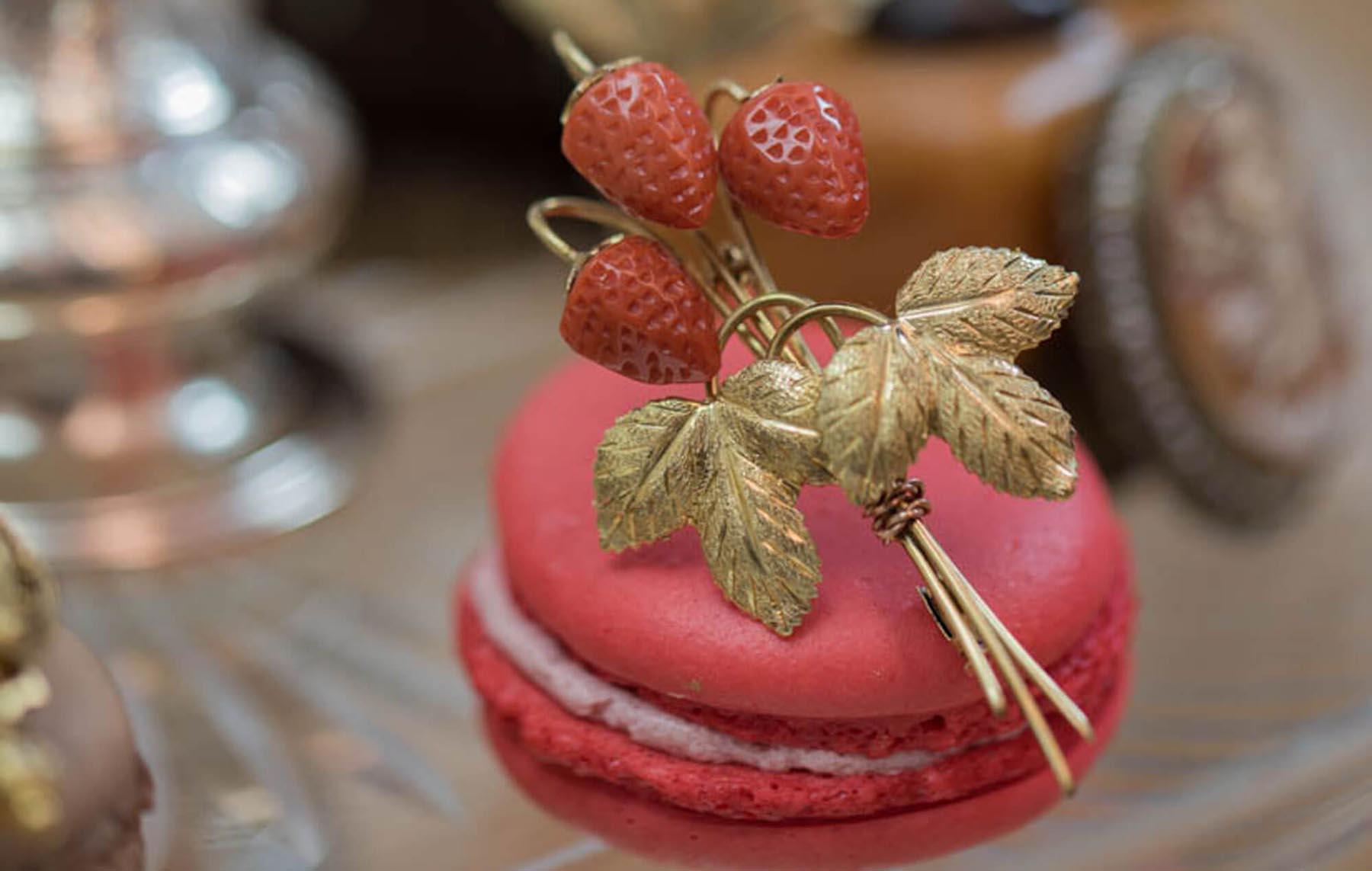 Erdbeer-Brosche auf Macaron