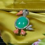 Brosche in Entenform, 18K Weiß- und Gelbgold, Diamanten ~2 ct., Koralle, Chrysopas