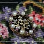 Brosche Bäumchen, 14K Gelbgold, Brillanten; Ring mit Perlen und Rubinen, 14K Gelbgold.