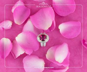 In 18K Weißgold gefasst, umrahmt von Brillanten, ca. 2ct, zeigt sich dieser pink Turmalin, ca. 6,14ct., in schönstem Farbenspiel.