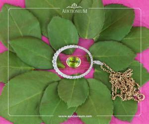 Das zarte Grün des Peridot wirkt hier inmitten von Diamanten besonders apart.