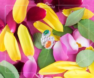 18K- Weißgold, Smaragd, ca. 2,8ct., und Mandarin Granat, ca. 4,4ct., von Diamanten, ca. 4,4ct. in floralem Design umgeben.