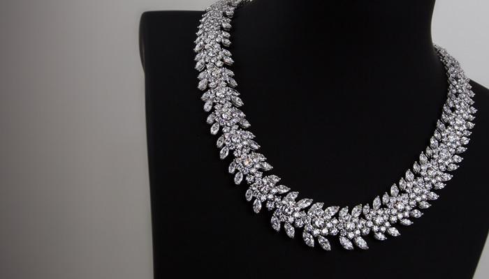 Damen-Halskette mit Steinen